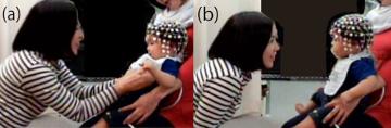 調査者とくすぐりで遊ぶ乳児